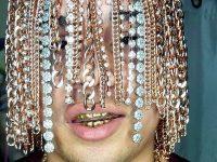 Мексиканский рэпер Dan Sur имплантировал в голову золотые цепи вместо волос
