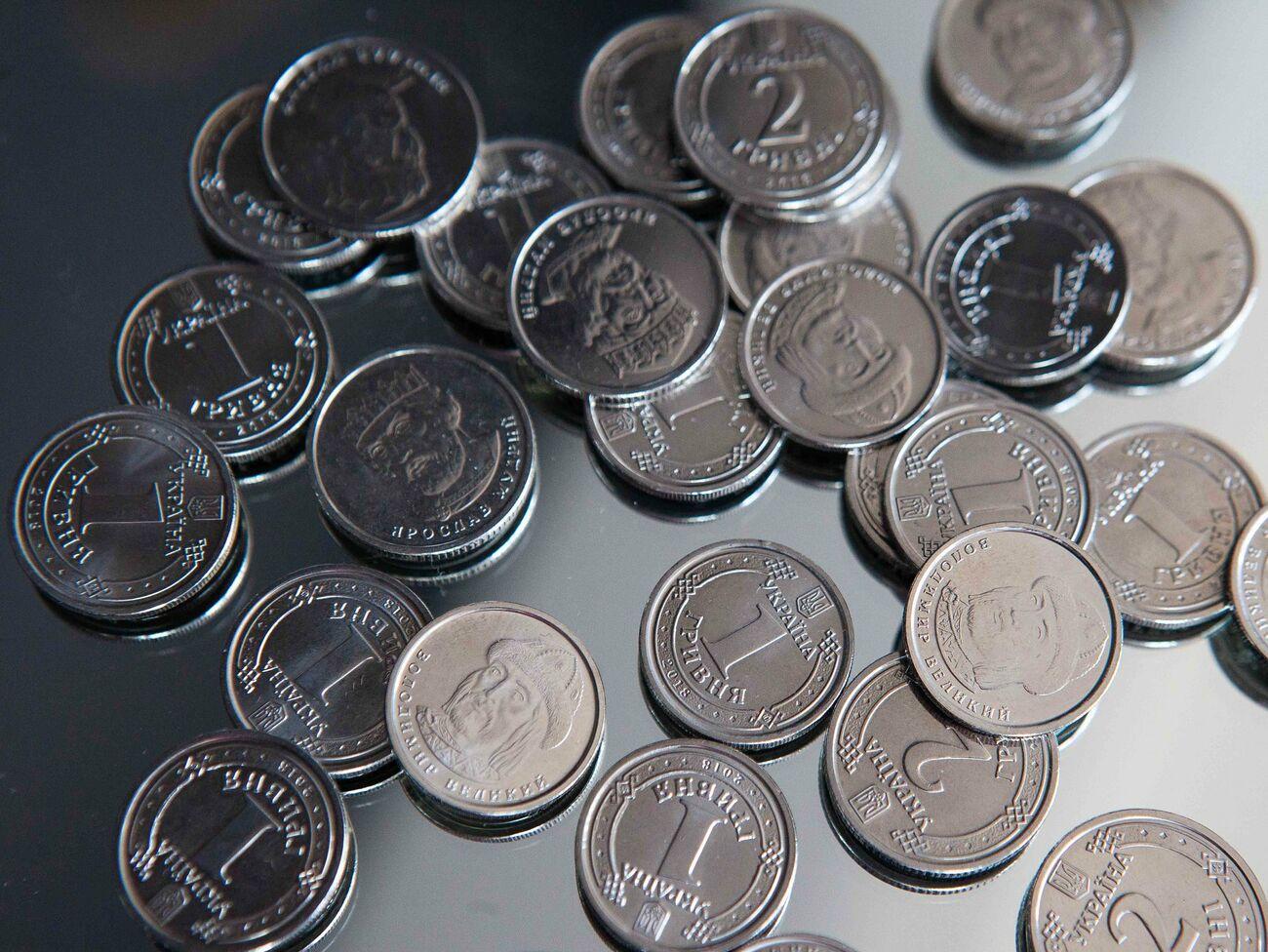 Гривна официально подешевела относительно и евро, и доллара