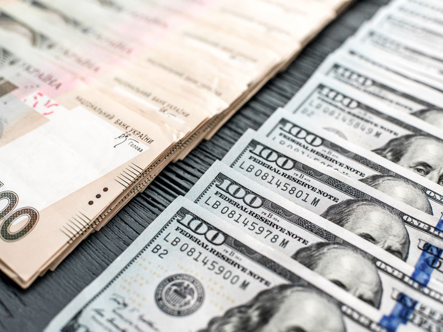 Гривна немного подешевела по отношению к доллару и евро