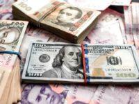 Нацбанк немного повысил курс гривны по отношению к доллару и евро