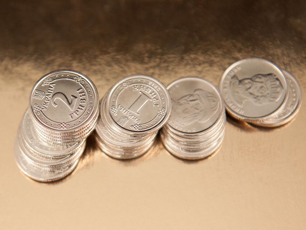 Гривна подешевела по отношению к доллару и подорожала к евро